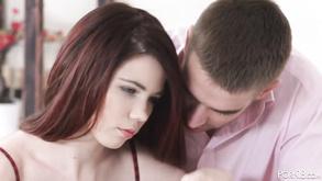 Nadine wraca teraz na dół, kilka razy muska jego penisa piersiami, po czym znów zaczyna ssać.